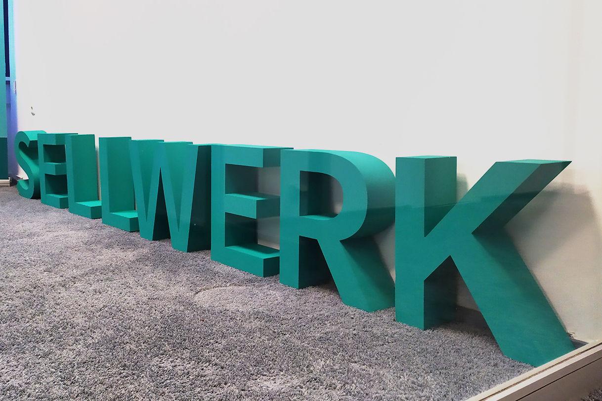 """<a href=""""https://www.formundfertig.de/referenzen/stehende-buchstaben-aus-styrodur/""""><strong>3D Schriftzug """"SELLWERK""""</strong></a>"""
